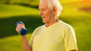 ejercicios con mancuernas para adultos mayores
